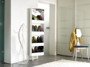 meuble à chaussure derrière le miroir